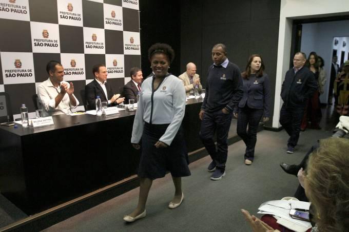 A prefeitura de São Paulo apresenta os novos uniformes personalizados de funcionários públicos.